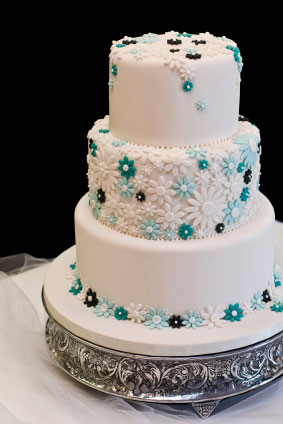 Low-key, chic wedding cake idea - no topper