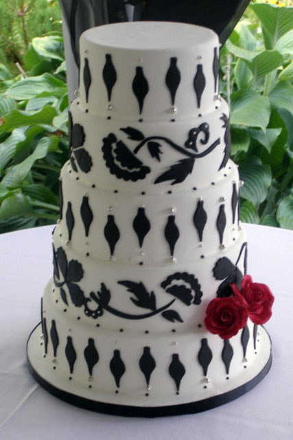 Elegant Black and White Wedding Cake But here 39s the kicker