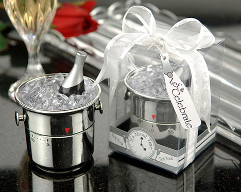Gadget wedding favours: kitchen timer in the shape of a champagne bucket