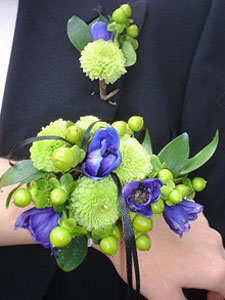 Wristlet bridal bouquet