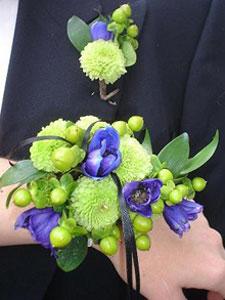 Wristlet bridal bouquet