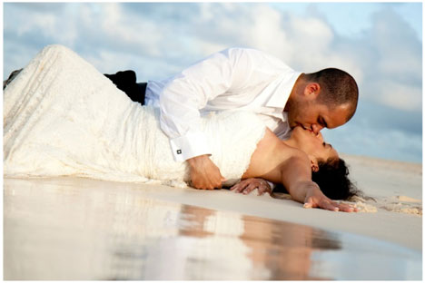 beach wedding couple C 39est Chic Photography Kitchener