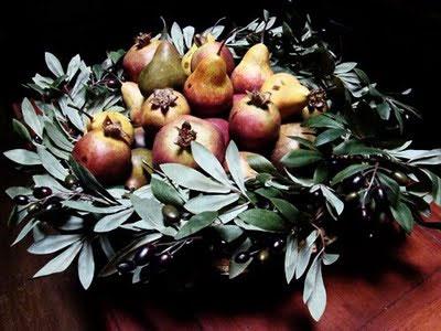 A Winter fruit basket, framed by a wreath: wedding centerpiece