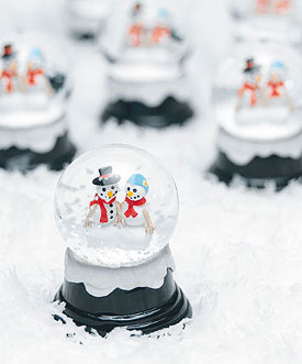 Snow globes: season-appropriate winter wedding centrepiece!