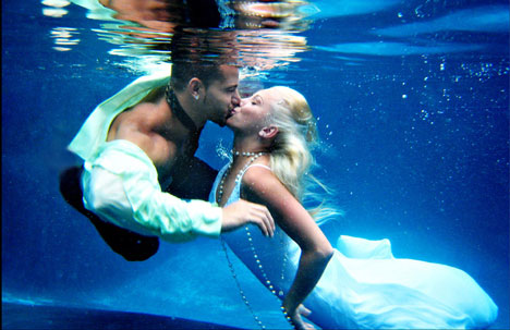 Impulse Wedding Photo, Toronto: underwater wedding kiss